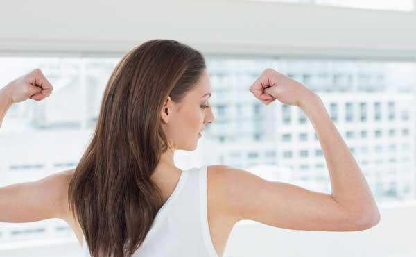身体を鍛える女性