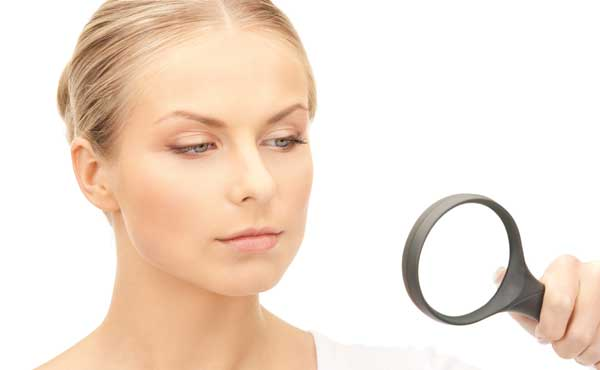 虫眼鏡で監視する女性