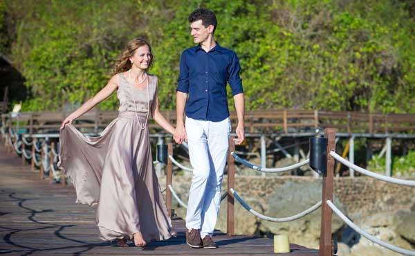 橋の端を歩くカップル