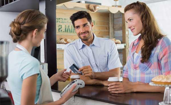 クレジットカードを惜しみなく使う男性