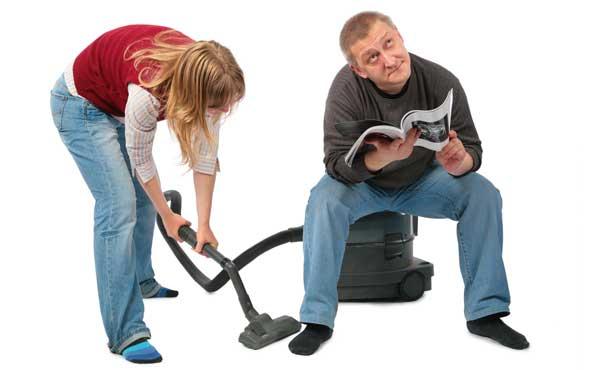 家事をする妻と怠ける夫