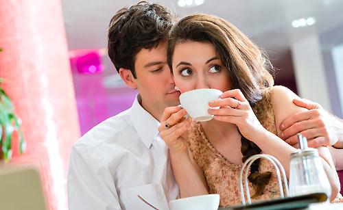 コーヒーを飲む恋人