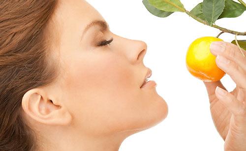 レモンの香りをかぐ女性