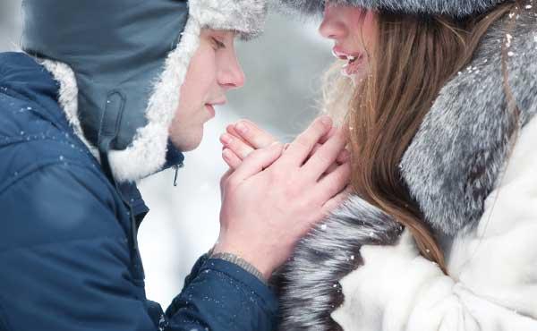 震える女性暖める男性