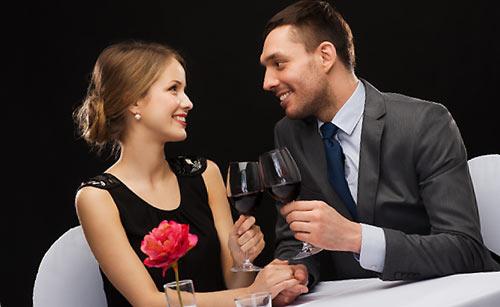 ワインを交わすカップル