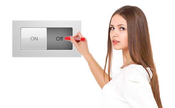 スイッチを押す女性