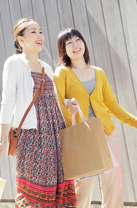 友達と買い物する女性