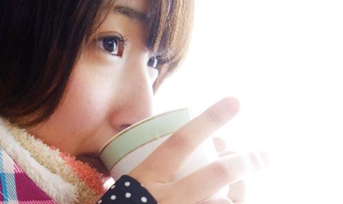 ゲレンデでコーヒーを飲む女性