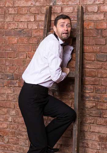 ビビッて壁に逃げる情けない男