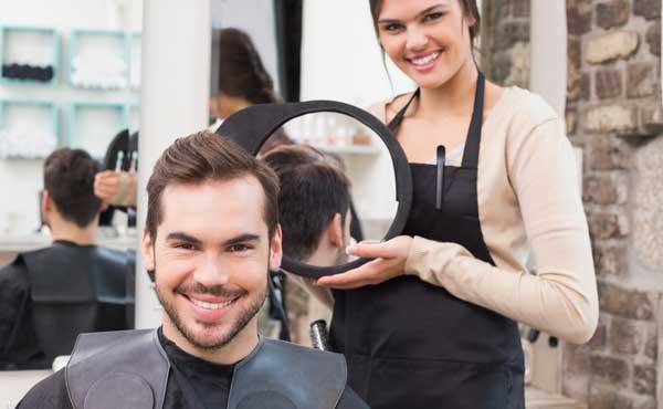 美容室でイメチェンする男性