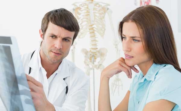 医者と知識を語る女性