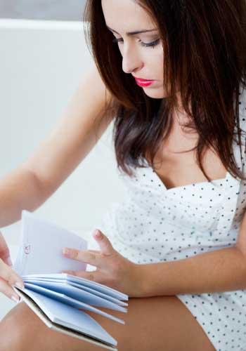 スケジュール帳をチェックする女性