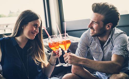 カフェで乾杯するカップル