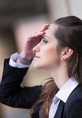 スーツで頭を抱える女性