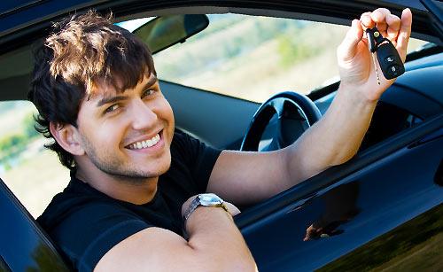 車を自慢する男性