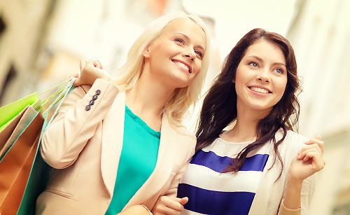 友達とショッピングをする女性