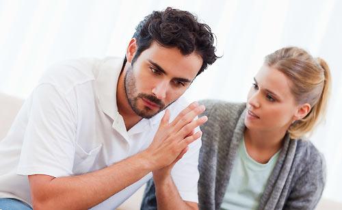 恋人の悩みを聞く女性