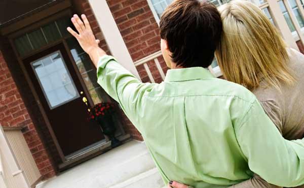 家から去るカップル