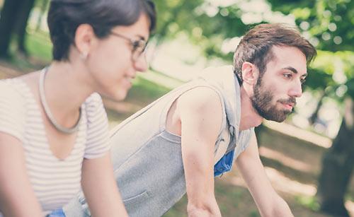 一緒にサイクリングするカップル