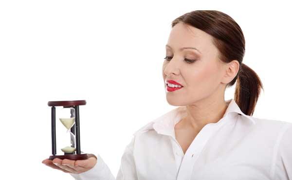 砂時計のカウントを始める女性