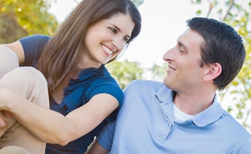 公園で会話するカップル