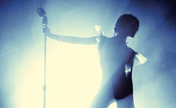 歌手の女性
