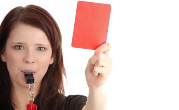 レッドカードを持つ女性尾
