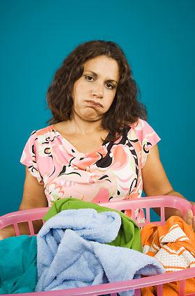 洗濯ものを抱える女性
