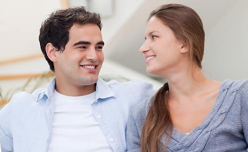 恋人を褒める女性