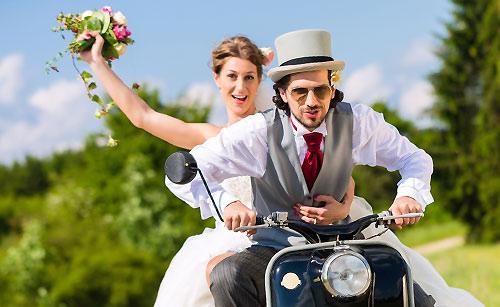 バイクに乗る新婚さん