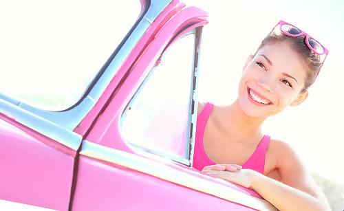 ピンクの車に乗った女性