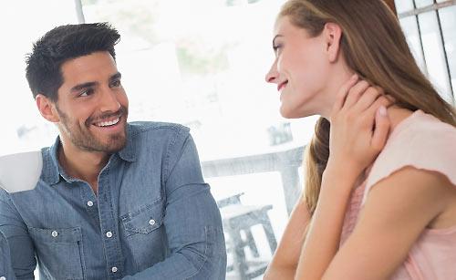 喫茶店で談笑するカップル