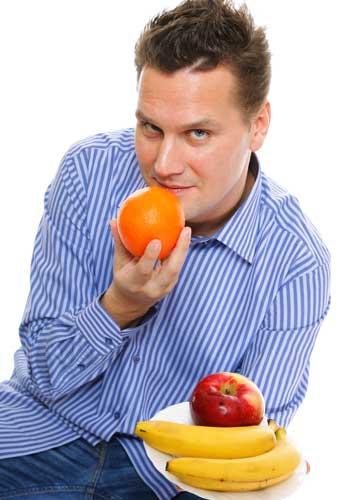 フルーツを持つ男性