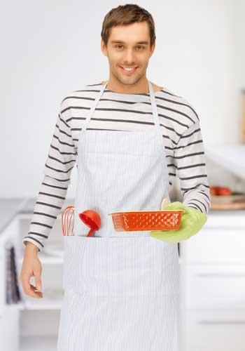 鍋を持つ男性