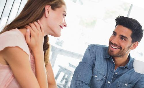 喫茶店でデート中のカップル