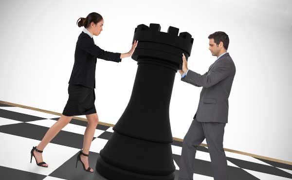 チェスを押す女性