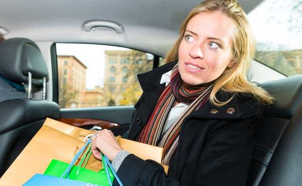 タクシーに乗る女性