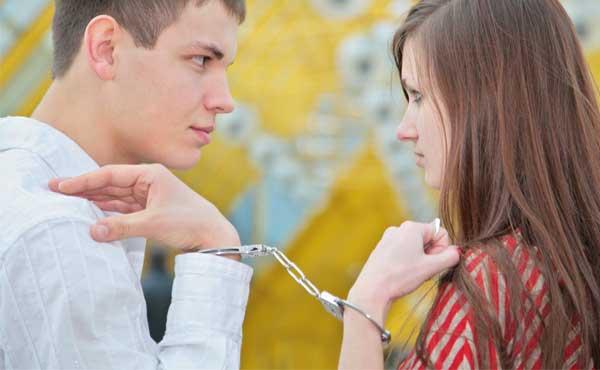 手錠をかけたカップル