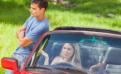 ドライブ中に喧嘩するカップル
