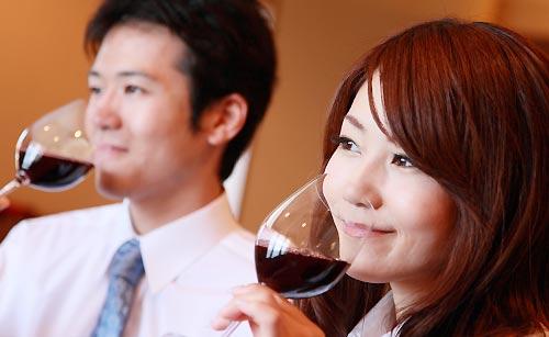 ワインを飲む女性
