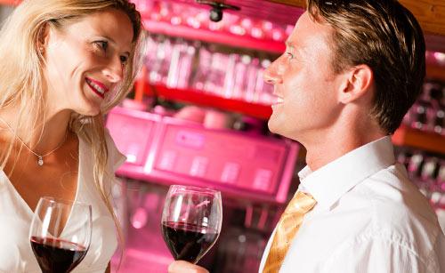 バーで談笑するカップル