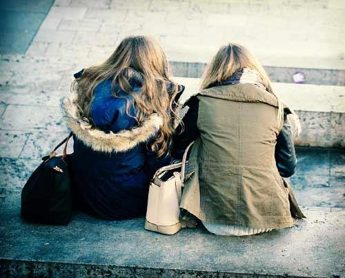 友達と一緒に座る女子