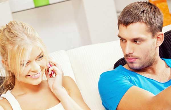 彼女の電話相手に嫉妬する男