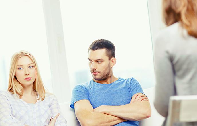 相談する男と女