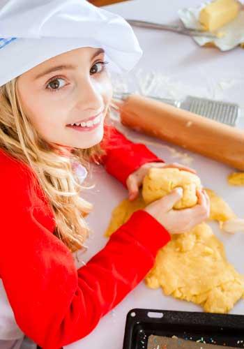 お菓子を作る女性