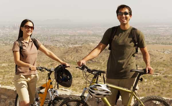 サイクリングをするカップル