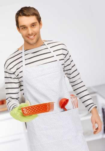 ご飯を作る男性