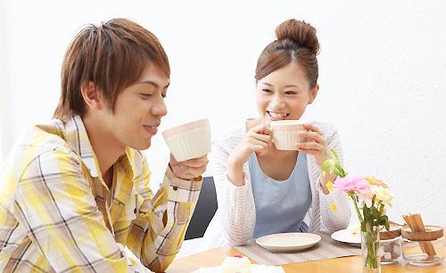 カフェで食事をとるカップル