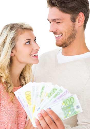 お金を持つカップル