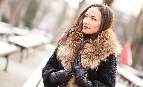 コートに身を包んだ女性